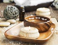 Kerzen-und Wasser-Schüssel-Badekurort-Einstellung Wellness-Tag-Badekurort Stockfotografie