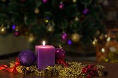 Kerzen- und Weihnachtsbälle mit Winterdekoration Stockfoto