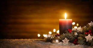 Kerzen- und Weihnachtsdekoration mit hölzernem Hintergrund Stockbilder