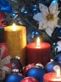 Kerzen und Weihnachtskugeln Lizenzfreie Stockfotografie