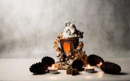 Kerzen verschiedene Größen und Farben und Kegel Lizenzfreie Stockfotos
