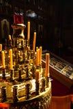 Kerzen vor dem Altar in der Kirche Stockbilder
