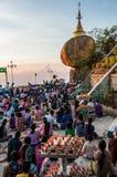 Kerzen vor dem goldenen Felsen während des Festivals von Lichtern Stockfotos