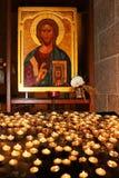 Kerzen vor der Ikone Stockbilder