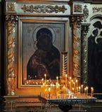 Kerzen vor Ikone Stockfoto