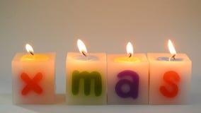 Kerzenfeuer, das heraus Wort Mas-X auf weißem Hintergrund und Lichtern vereinbart stock footage
