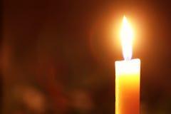 Kerzenflamme auf Schwarzem stockfotografie