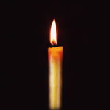 Kerzenflamme auf schwarzem Hintergrund Stockfotos