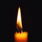 Kerzenflamme auf schwarzem Hintergrund Lizenzfreies Stockbild