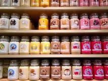 Kerzenflaschen auf Stapeln für Verkauf Lizenzfreies Stockbild