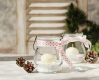 Kerzenglashalter des neuen Jahres mit Kerzen auf einer hölzernen weißen Tabelle, selektiver Fokus Stockfotos