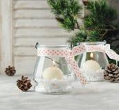 Kerzenglashalter des neuen Jahres mit Kerzen auf einer hölzernen weißen Tabelle, selektiver Fokus Stockfotografie