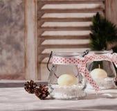 Kerzenglashalter des neuen Jahres mit Kerzen auf einer hölzernen weißen Tabelle, selektiver Fokus Lizenzfreies Stockfoto