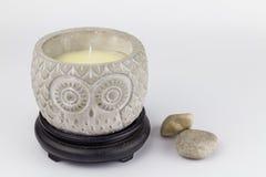 Kerzenhalter mit der unlit Kerze des Wachses eine Eule auf weißem Ba darstellend lizenzfreies stockbild