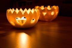 Kerzenhalter von der orange Schale Stockfotos