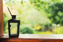 Kerzenlampe auf Terrasse Lizenzfreie Stockfotos