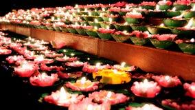 Kerzenleuchte für die Anbetung von Buddha stockfotos