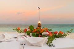 Kerzenlicht-Abendessen am Strand stockfotos