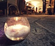 Kerzenlicht auf einer Mittelmeerterrasse lizenzfreie stockbilder