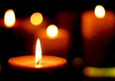 Kerzenlicht am dunklen backround mit bokeh lizenzfreie stockfotografie