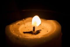 Kerzenlicht im dunklen Umgeben Lizenzfreie Stockfotografie