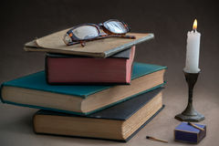 Kerzenlicht und Bücher Lizenzfreie Stockfotos