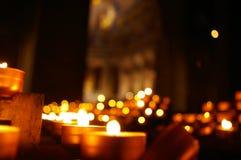 Kerzenlichter in der Dunkelheit Stockbild