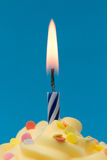 Kerzennahaufnahme des kleinen Kuchens Lizenzfreie Stockbilder