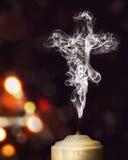 Kerzenrauch in Form eines Kreuzes Stockbilder