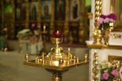 Kerzenständer in der Kirche Stockfotos