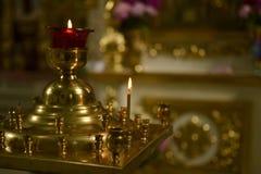 Kerzenständer in der Kirche Stockfotografie