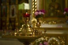 Kerzenständer in der Kirche Stockbilder