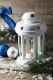 Kerzenständer mit Weihnachtsbällen auf hölzernem Hintergrund Stockfoto