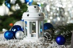 Kerzenständer mit Weihnachtsball auf hölzernem Hintergrund Lizenzfreies Stockfoto