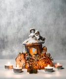Kerzenständer und kleine Kerzen Stockbild