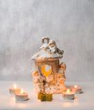 Kerzenständer und kleine Kerzen Stockfotos
