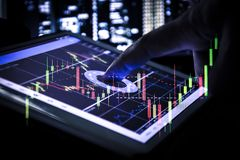 Kerzenständerdiagramm auf Tablette, Geschäft und Finanzkonzept Lizenzfreies Stockbild