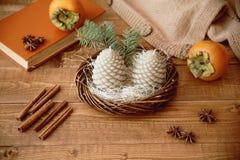 Kerzentannenzapfen auf einem Holztisch Stockfoto