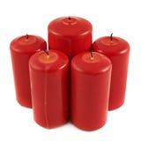 Kerzenzusammensetzung mit fünf Rottönen lokalisiert Lizenzfreie Stockfotografie