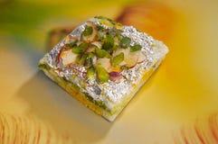 Kesar Ghevar 用纯净的酥油做的异乎寻常的印地安沙漠,冠上用番红花、干果子和其他好事 免版税库存照片