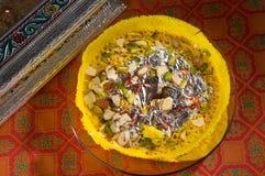 Kesar Ghevar 用纯净的酥油做的异乎寻常的印地安沙漠,冠上用番红花、干果子和其他好事 库存照片