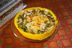 Kesar Ghevar Deserto indiano exótico feito com a ghee pura, coberta com açafrão, frutos secos e outras boas coisas Fotografia de Stock