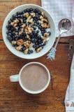 Keso med blåbär, muttrar och honung Royaltyfri Foto