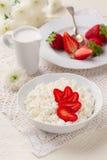 Keso med nya jordgubbar och den kräm- tillbringaren Royaltyfri Foto