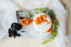 keso med russin på en trätabell Arkivfoto