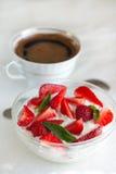 Keso med yoghurt och jordgubbar Arkivbild