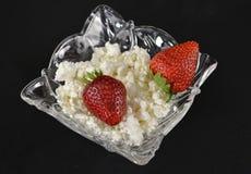 Keso och jordgubbe i en crystal platta Arkivbilder