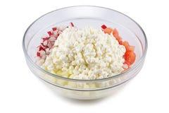 Keso, tomater, gurkor och rädisor, snitt in i kuber i en glass bunke, på en vit bakgrund Royaltyfri Bild