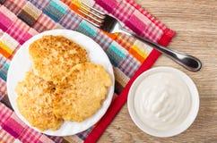 Kesopannkaka i platta och gaffel på servett Royaltyfri Bild
