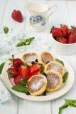 Kesopannkakor med bär, sommarfrukost Royaltyfri Foto